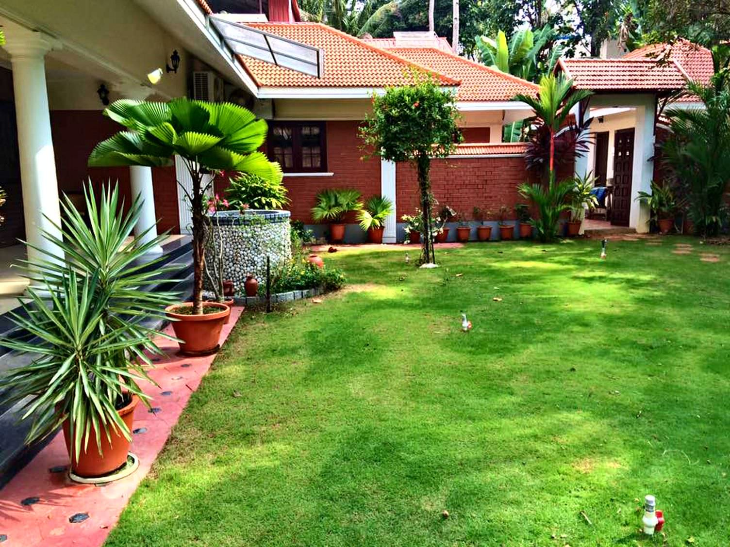 Kerala style landscape design photos kerala home design for Home designs with garden