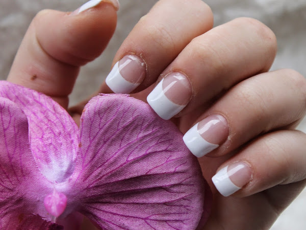 White tip gelnails.