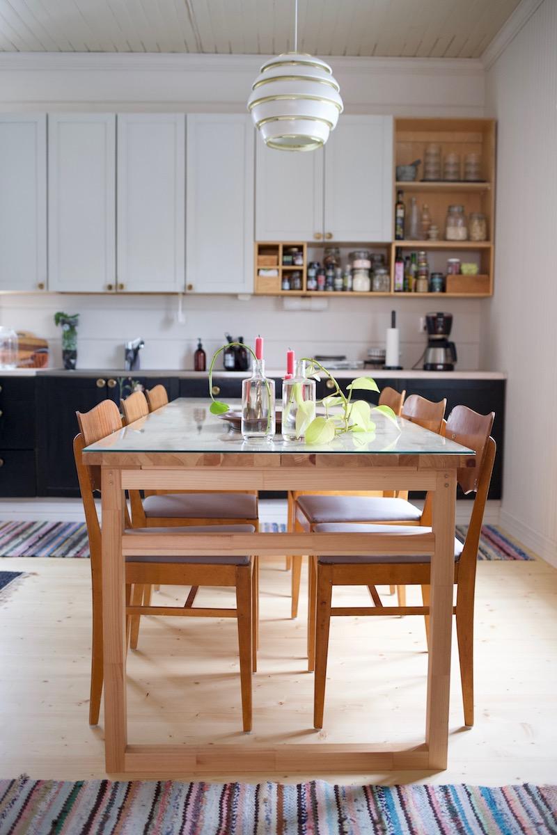 Vanhan talon keittiö. Ruokapöydäntuolien verhoilu DIY. Tuolin verhoilu / ohje / istuinosan verhoilu / pehmuste / kulmat.