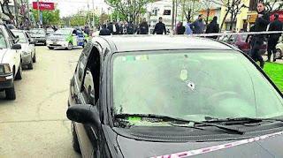 Una banda le arrebató a un empresario la mochila con un millón de pesos que estaba por depositar. Se tirotearon con un #policía y hubo dos heridos.