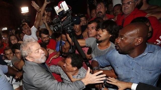 El expresidente de Brasil Lula da Silva se entrega a la policía para cumplir la condena de cárcel por corrupción Redacción