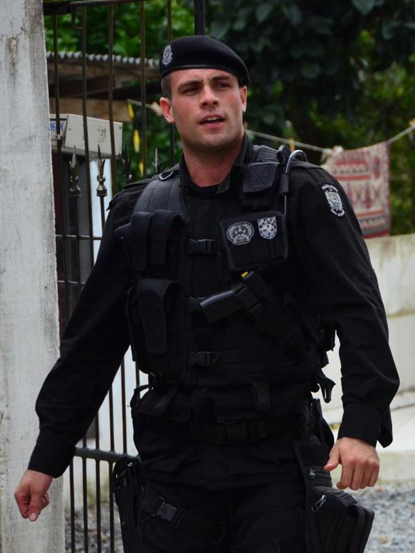handsome-policeman-Lucius-Carvalho