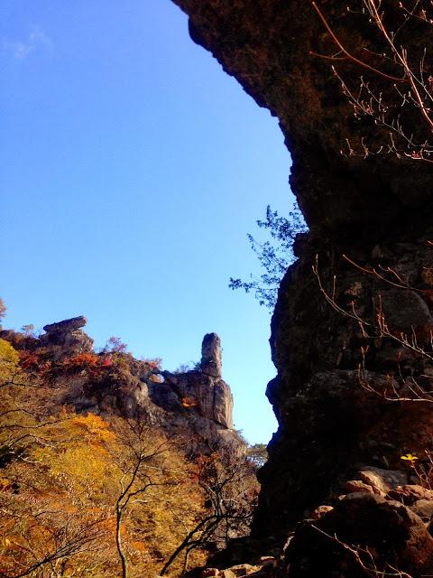第四石門ごしの大砲岩とロウソク岩