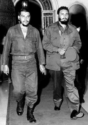 Foto de Fidel Castro caminado junto al Che Guevara