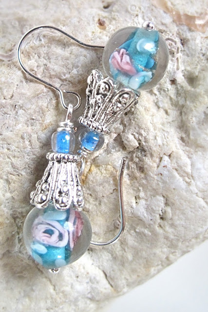 Blauwe glazen minibloemkraaltjes met metalen kapjes en mini haakjes ' ( geen zilver )  totale lengte : 3 cm