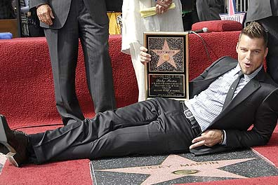 Ricky Martin com sua estrela na calçada da fama (foto:AFP)