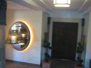 お洒落な照明と奥に続く重厚なドア