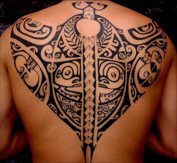 tatuaje maorie de mantarraya a tamaño grande