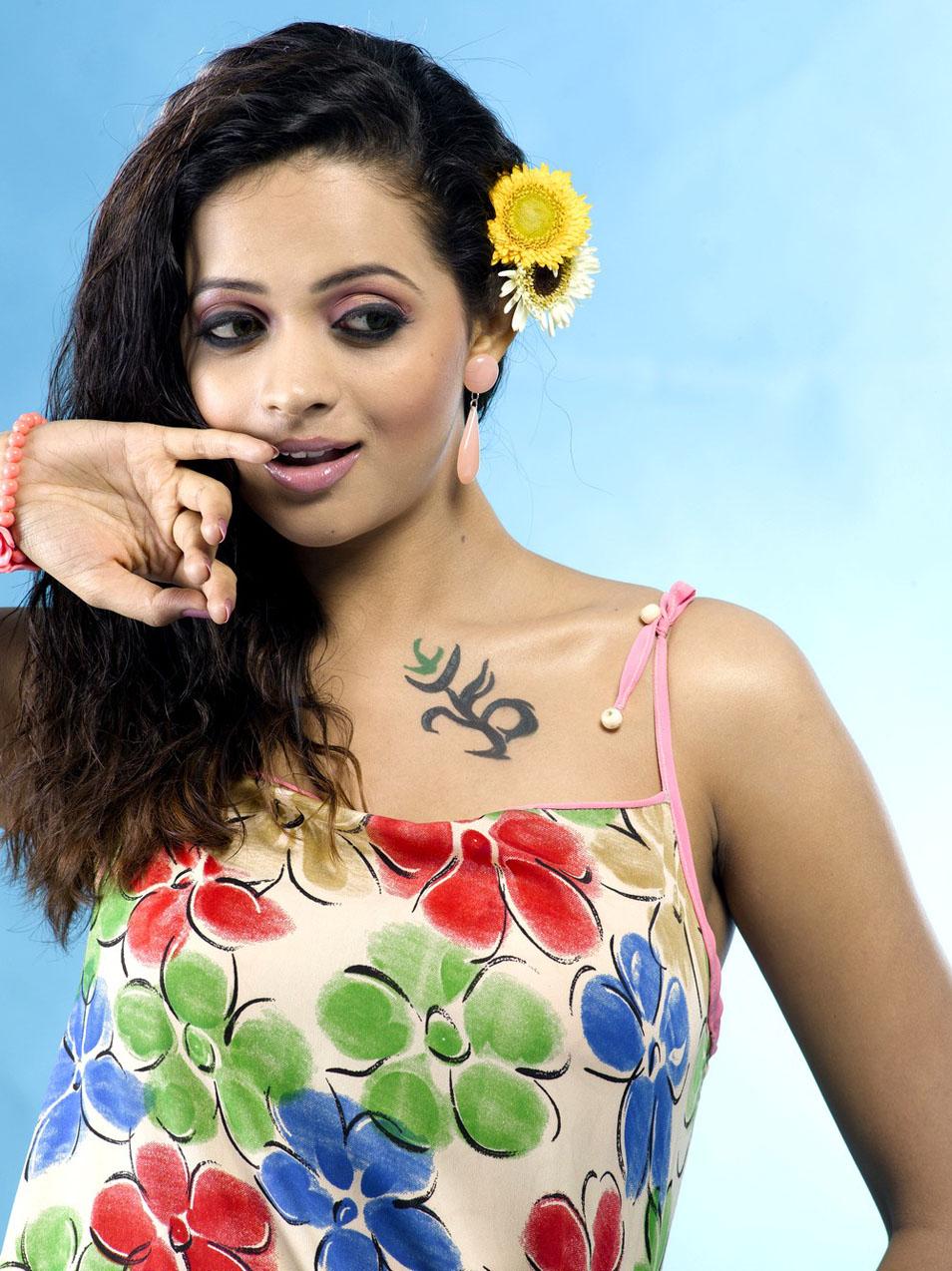 Free Songs Lyrics For You: Hot Actress Bhavana Hot Thigh