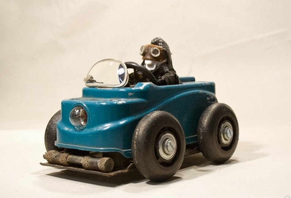 05-Ciceros-Toy-Car-Derek-Scholte-Recycled-Toy-Sculptures-www-designstack-co