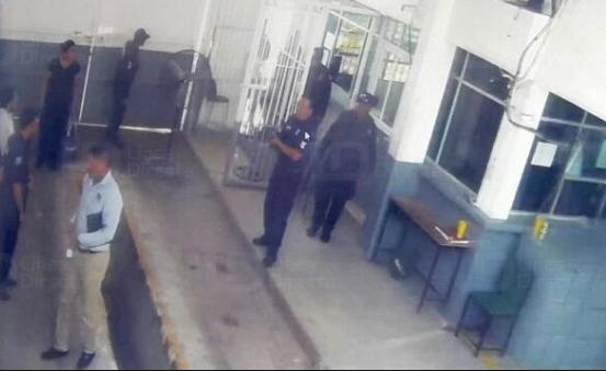 VIDEO; Voltéate hijo de p#&@ madre porque si no te voy a matar, voltéate hijo de p#&@ madre, te voy a matar policias encañonan y amenazan  custodios en Culiacán