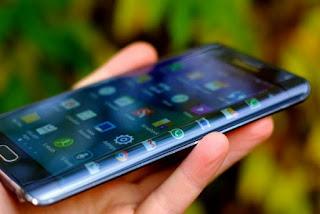 Desain Layar lengkung Samsung Galaxy S6 edge (www.latinpost.com)