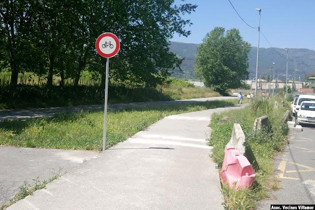 Señal que advierte contra la circulación de bicicletas por el camino peatonal en el paseo de Serralta