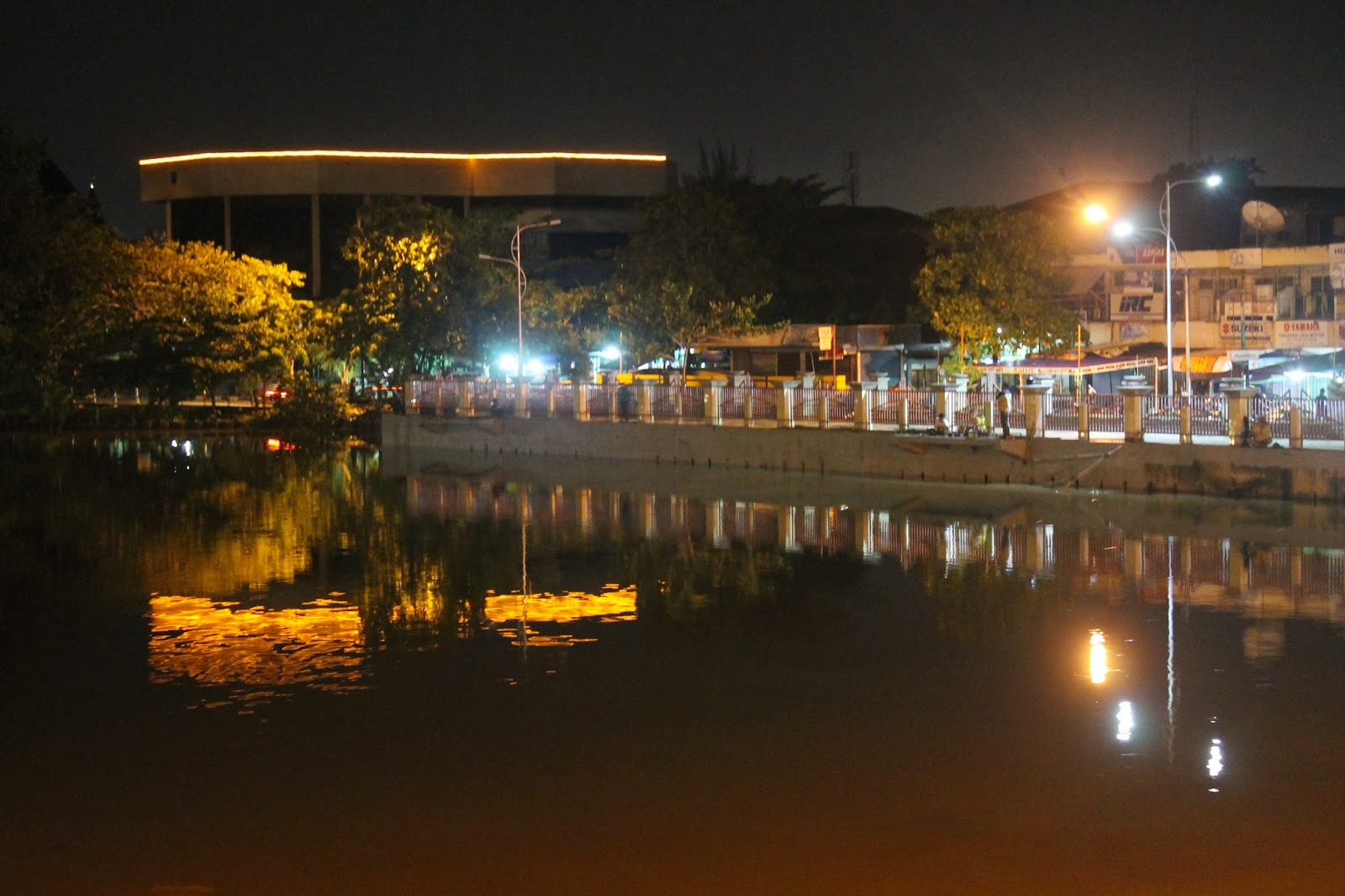 ketika pada malam hari banyak terdapat para pemancing yang menghiasi jembatan dan bantaran sungai di banjarmasin biasanya ini