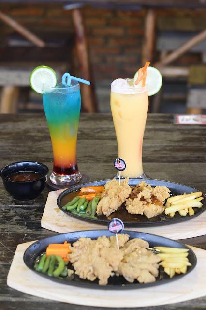 Buy 1 get 2 dari unique Kafe untuk Steak ayam dan jamur dengan saus Hawai atau Lada Hitam