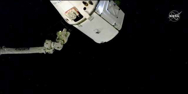 The SpaceX Dragon cargo craft is moments way from being captured with the Canadarm2 robotic arm. Credit: NASA