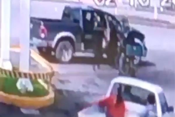 """Video: Captan momento que en sicarios dan """"cerrón"""" para dar un levantón"""
