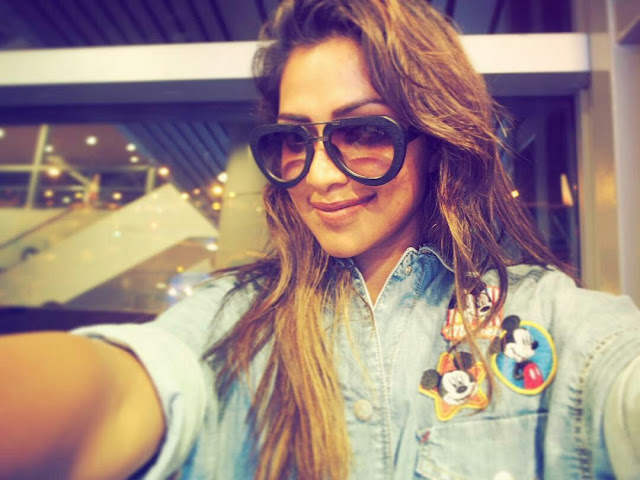 amala paul selfie photo at airport