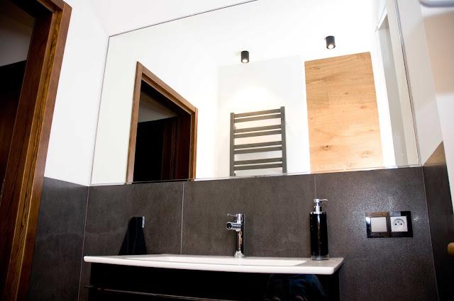 ogromne lustro w łazience