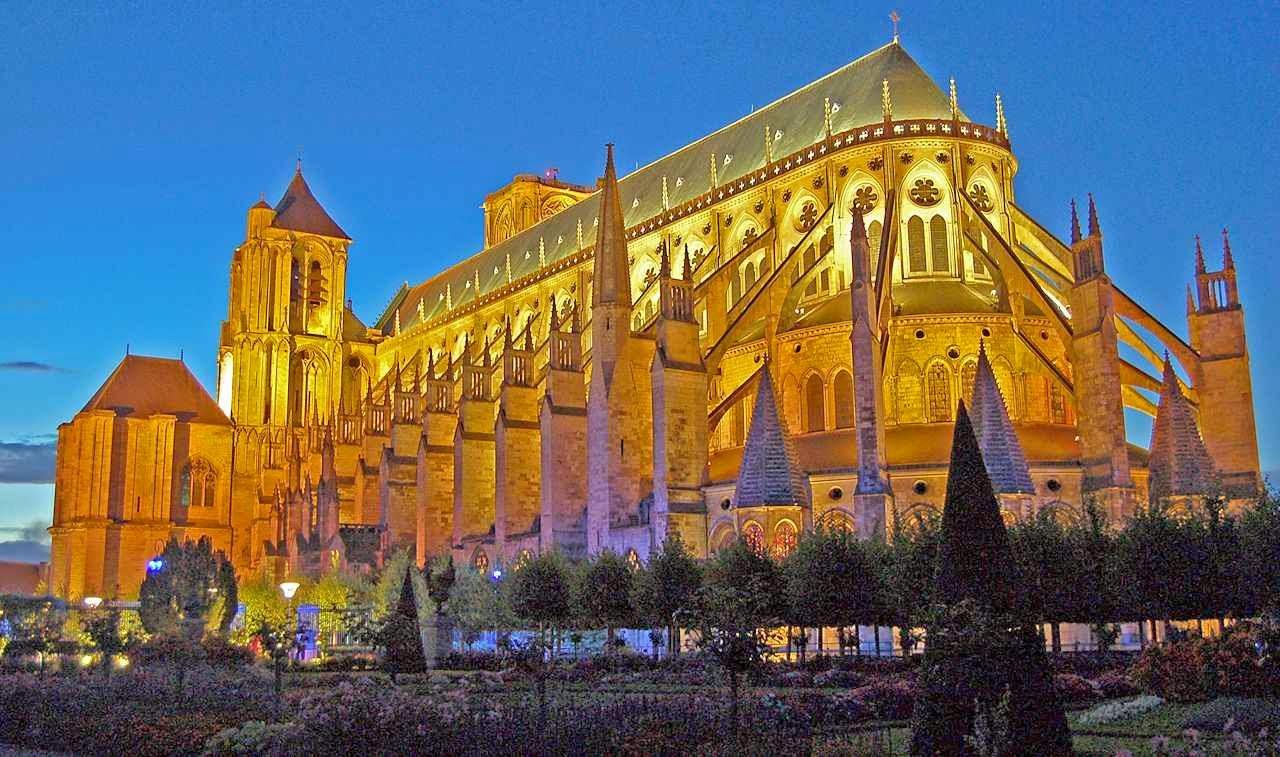 Bourges: a catedral de Santo Estêvão uma das mais belas do mundo.