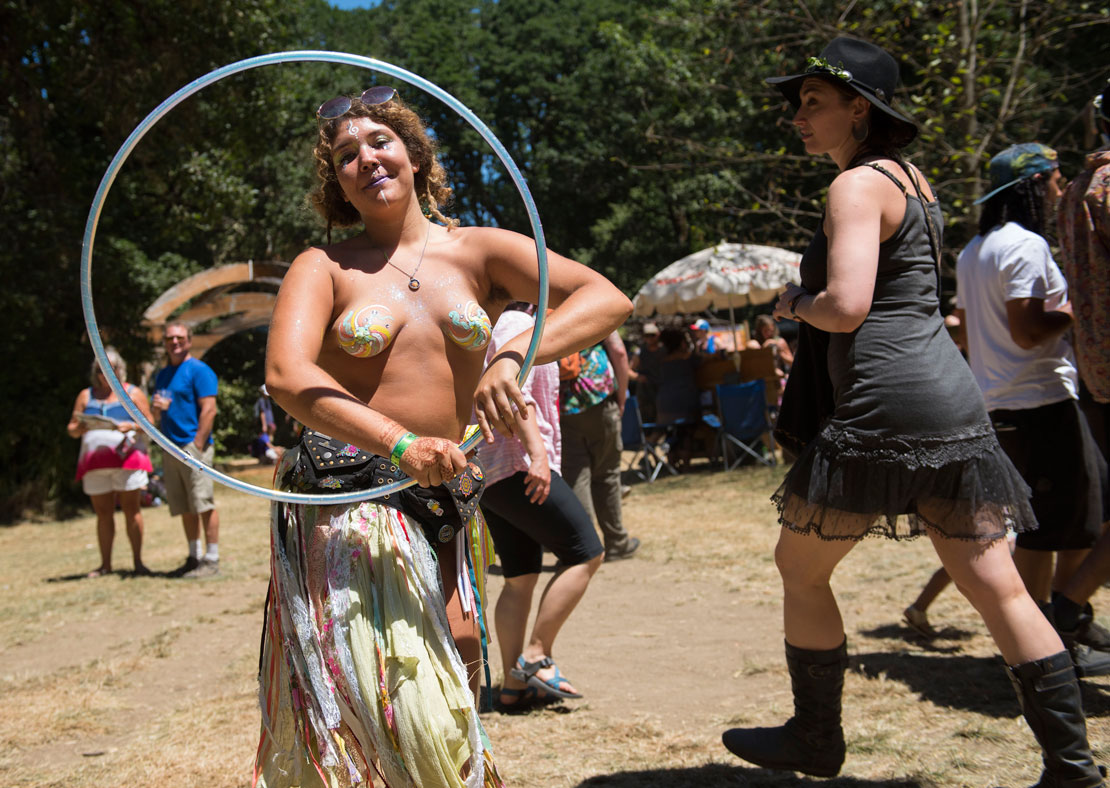 Oregon Country Fair topless Bilder Jungen