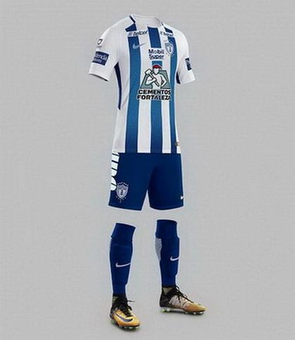 270a050353d05 Calzoncillos y calcetines azul oscuro completan el camisetas baratas futbol  Pachuca 2017-18 local.