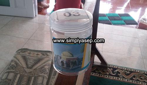 SHADAQAH JIMPITAN :  Inilah Sodaqah Jimpitan dalam bentuk tabung plastik, dan setiap rumah akan mendapatkan 1 tabung ini untuk diisi eikhlasnya dan akan dijemput di akhir bulan. Foto Asep Haryon