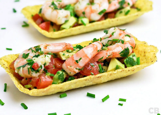 Taco tapas met avocadosalsa en gemarineerde garnalen