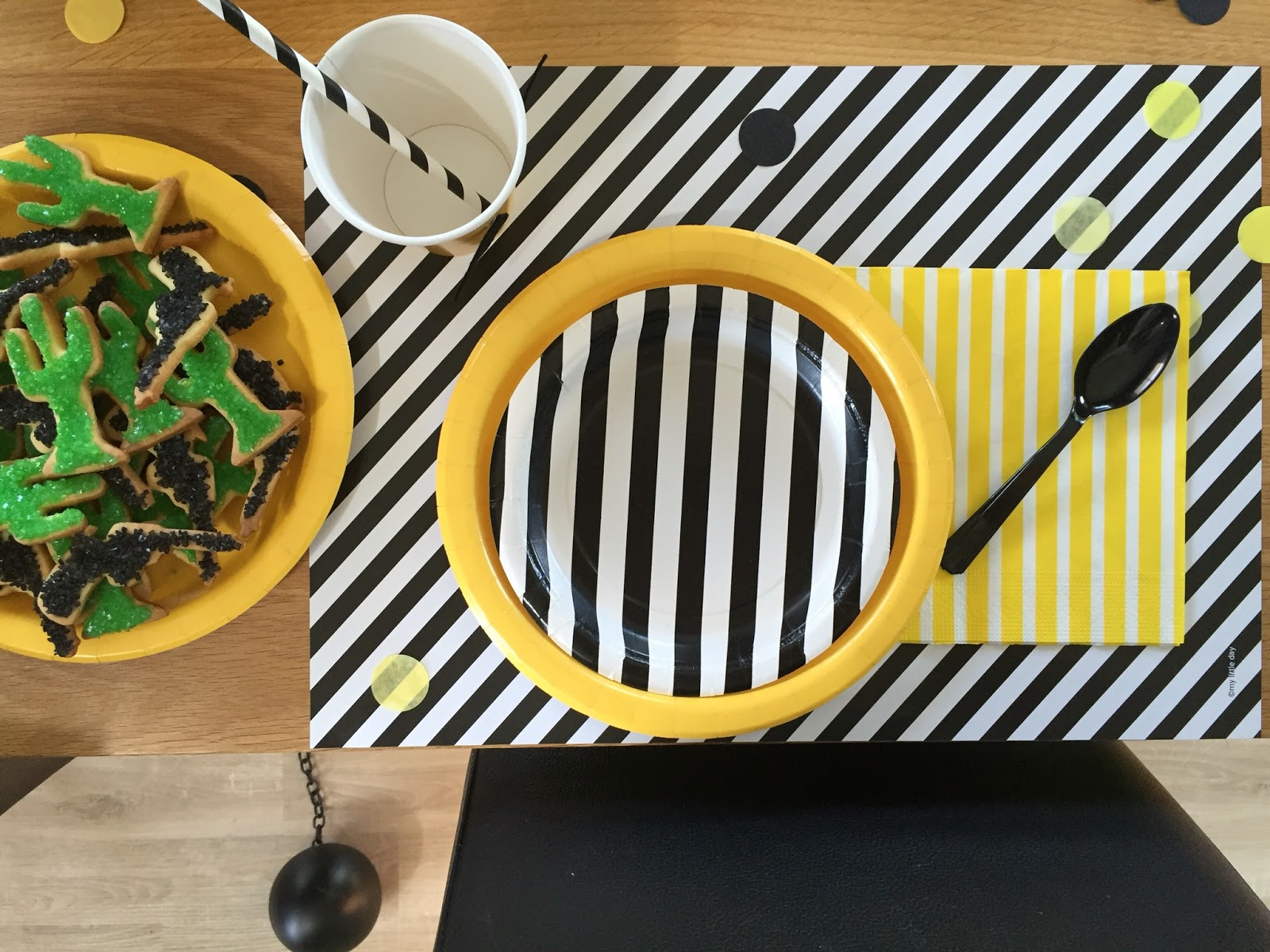 Décoration de table noir et blanc avec du jaune