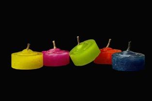foto di candele colorate fatte di cera