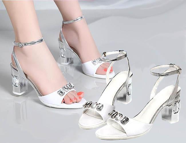 Pilihan warna putih yang dominan membuat high heels ini nampak cantik