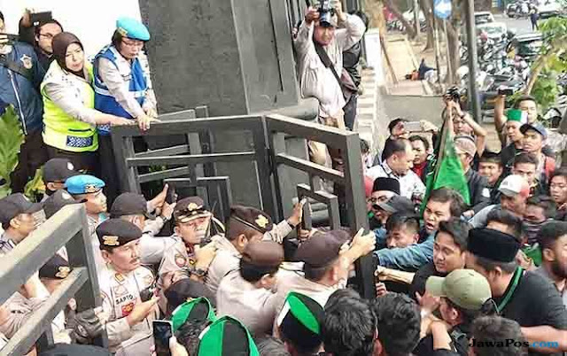 Aksi Solidaritas HMI Bengkulu, Massa HMI Kota Malang Paksa Duduki DPRD