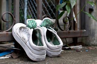 keringkan sepatu di bawah sinar matahari