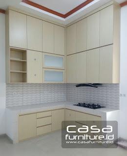 leter l dengan ketinggian mentok hingga plafon untuk memaksimalkan penyimpanan peralatan dapur, kabinet bawah model letter L dengan meja dak beton. Peralatan atau aksesoris yang termasuk ke dalam kabinet