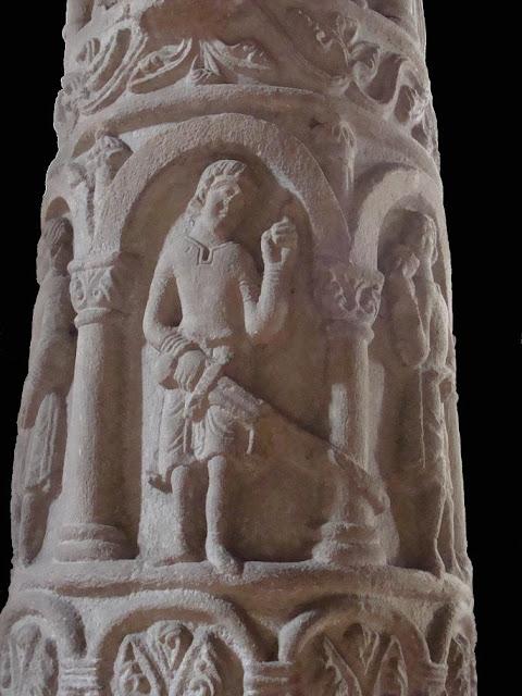 Romański kościół pod wezwaniem Św. Trójcy i Najświętszej Marii Panny w Strzelnie - romańska kolumna przedstawiający przywary