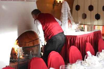 Kamin anschüren, Herbsthochzeit in den Bergen von Garmisch-Partenkirchen, Hochzeitslocation in Bayern, Riessersee Hotel - Bordeaux, rote Rosen, herbstlich