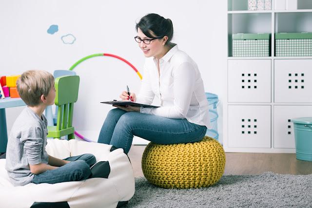 Menino conversando com psicóloga, psicologia infantil, psicoterapia, terapeuta, filho, criança,