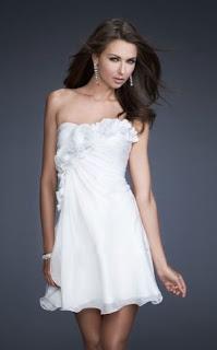 Vestido corto strapless decorado con flores y drapeado diagonal en el pecho