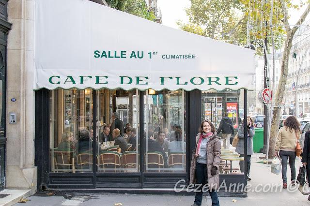 Paris Cafe de Flore önünde
