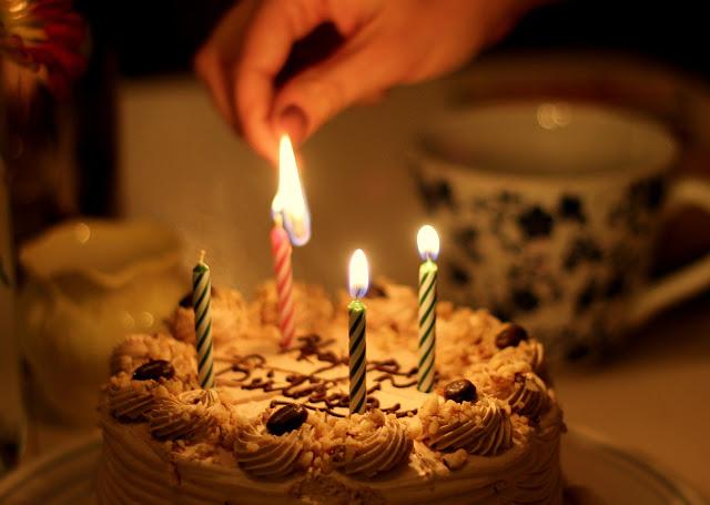 Geburtstagskuchen mit vier Kerzen