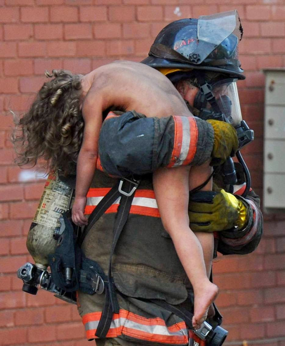 Captain Donald Spindler pulls 6 year-old Aaliyah Frazier from a fire in Indiana. - The 63 Most Powerful Photos Ever Taken That Perfectly Capture The Human Experience