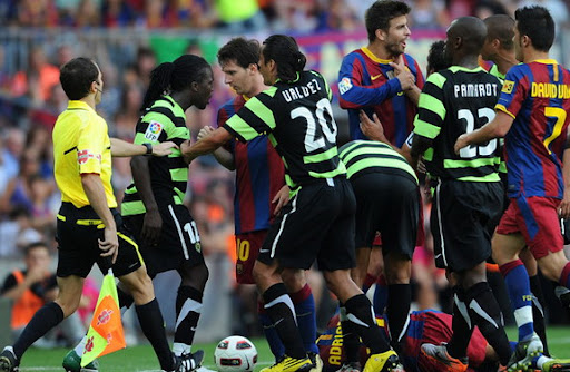Royston Drenthe argues with Barcelona forward Lionel Messi while playing for Hércules