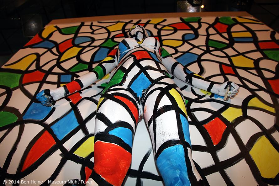 peinture abstraite avec modèle vivant intégré