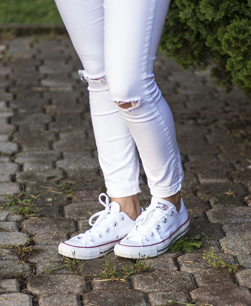 ripped white jeans white converse shoes outfit