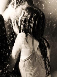 Besándose bajo la lluvia
