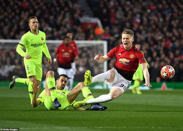 Tranh cãi MU - Barca Cúp C1: Có VAR, Barca vẫn thoát thẻ đỏ - penalty 2