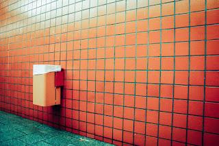 gambar tempat sampah di dinding