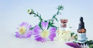 Minyak atsiri umumnya dianggap aman untuk dihirup atau dioleskan ke kulit, asalkan sudah dikombinasikan dengan minyak dasar tapi minyak atsiri tidak boleh untuk dikonsumsi.