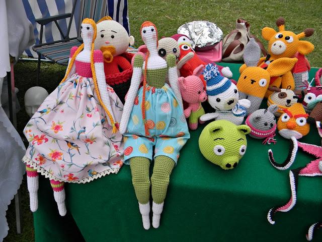 stoisko z lalkami i zwierzątkami, rękodzieło