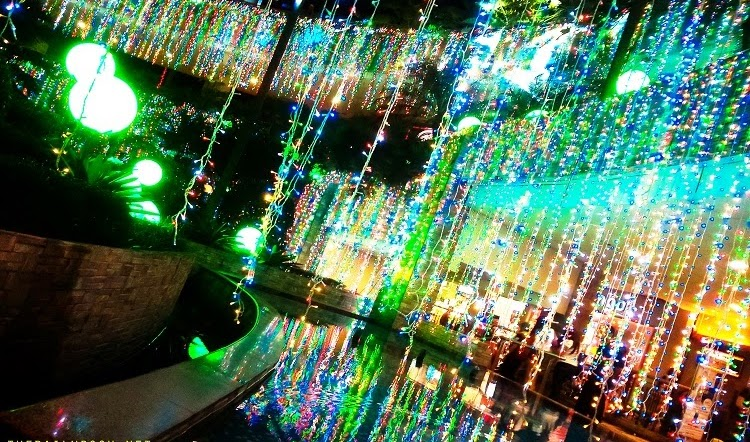 TriNoma's Merry Musical Lights Show